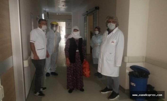Van Özalp'ta son korona hastası alkışlarla taburcu edildi