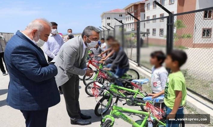Van'da Çocuklar Bisiklet Sevinci Yaşadı