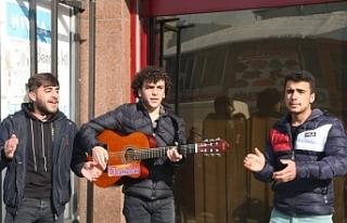 Kürtçe Ezgilerle Cadde Sokağa Renk Katıyor