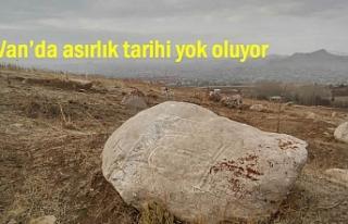 Van'da Asırlık mezarlara defineciler zarar...