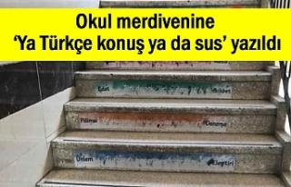 Okul merdivenine 'Ya Türkçe konuş ya da sus'...